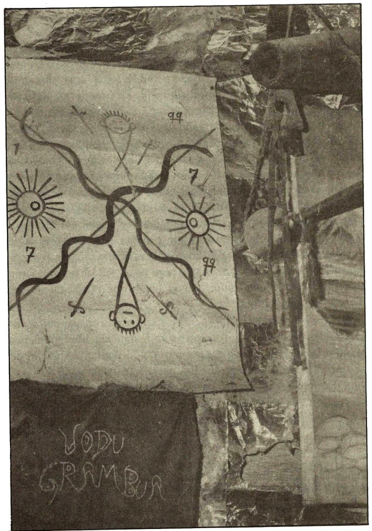 El vévé situado en la parte superior pertenece a Dourbalach y el situado debajo en el pañuelo dedicado a Gran Buá.